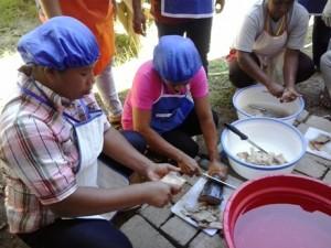 Memotong Ikan Tenggiri